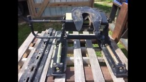 Fifth wheel hitch with rails