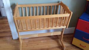 wood baby crib / bassinette en bois