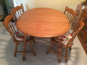 Dining set in good condition / Ensemble pour dîner en bonne cond