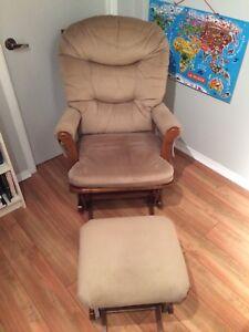 Chaise berçante et repose pieds