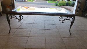 Table basse vitrée, fer forgé et acajou