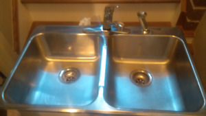 Double Sink with Taps/Sprayer