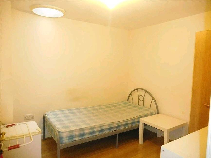 Bargain Single room to let near staff's university in stoke all bills included