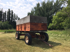 Allis Chalmers grain box  with a hydraulic lift