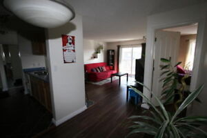 TOP FLOOR 2 BED 2 BATH UNIT IN GREAT WEST END LOCATION