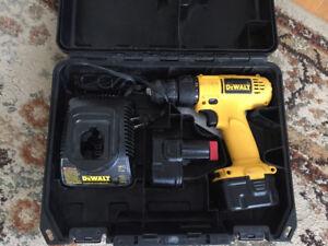 Drill Dewalt à batterie 12 volts avec étui.
