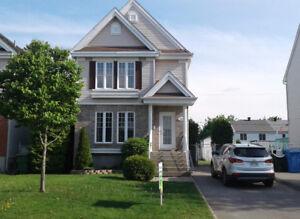 Maison style cottage avec foyer à ST-EUSTACHE