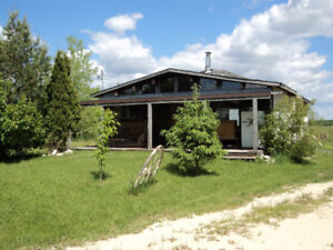 Quiet cottage living - minutes from town - shopping, school etc