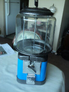 WONDERFUL 5 CENT BEAVER GLASS PEANUT MACHINE WITH KEY