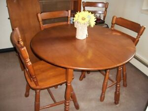 Excellent Condition Antique Solid Maple Roxton Dining Set!!!