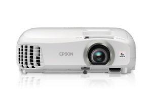 Projecteur Epson 2040, lampe utilisée moins de 50 heures.