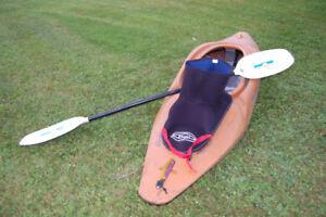 Kayak pour l'eau vive Riot modèle Glide avec pagaie et jupette.