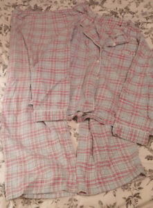 2 pyjamas, 2 camisoles pour femme et un crayon à crêpe