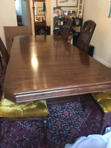 Solid wood elegant dining room in great condition