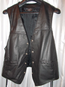 motorcycle black leather men's  vest / size  large / like new
