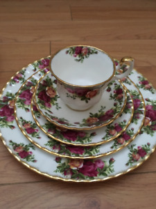 "Royal Albert ""Old Country Roses"" 32 pieces"