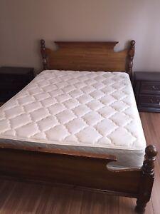 Sold Bedroom set Queen / Ensemble de chambre à coucher Queen