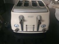 De Longhi kettle and matching toaster