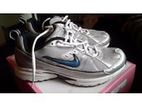 mens womens unisex nike dart IV trainers size 6 blue black grey white excellent condition
