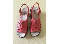 WOMENS NEW HOTTER CORAL LEATHER STRAPPY SHOES SANDALS WITH BLACK PART WEDGE HEEL BOXED SIZE 5