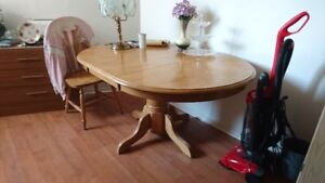 Moving Must Sell / Dining Room Table and 4 Chairs