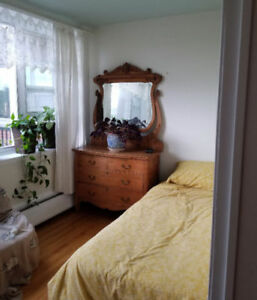 Room in spacious 4 1/2 in CDN, close to downtown (Ridgewood)