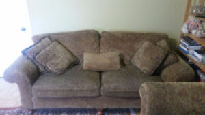 Two couches in good condition/deux sofas en bon etat