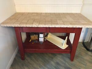 Kitchen Island • Îlot de cuisine en bois et céramique