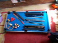 pool/snooker table with all balls and 4 cues