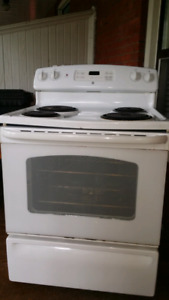 GE STOVE IN GREAT CONDITION
