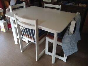 Tables avec chaises + rallonges + Buffet