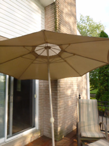 GRAND PARASOL POUR TABLE DE PATIO.
