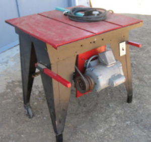 Saw Table with moteur 1 1/2 HPower work on 220 Watts --> 50 $