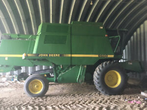 John Deere 9500 Combine and Macdon Header
