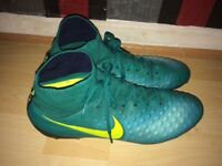 Size 9.5 men's Nike football boots brought for £135 and only want £50 collection only