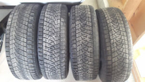 4 roues d'acier avec pneus d'hiver Blizzak 215/70R 16