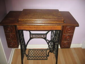 Singer Sewing Machine (Collectable Antique)