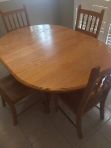 Solid Oak Dinning Table w/ 6 Chairs