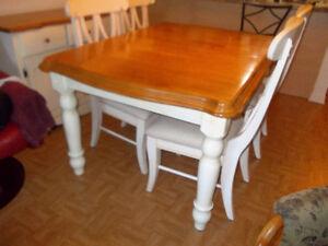 salle à manger  en bois, ,miel foncé et crème,  4 chaises