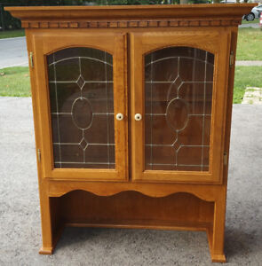beautiful solid oak cabinet in excellent condition leaded glass