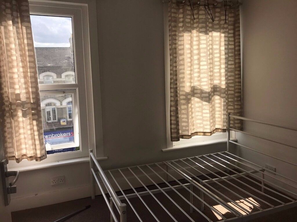 1 Bedroom Second Floor Flat Next To Ilford Station Dss
