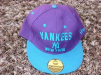 Snap back Yankees new york hat.