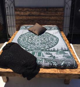 Lit En bois de Grange Noirci -Prix Réduit ! -475$