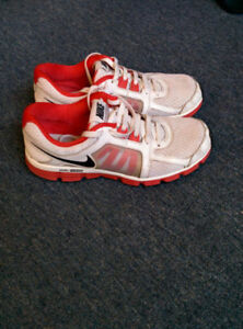******** NIKE SHOE SIZE 9.5 _VERY GOOD CONDITION *********