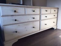 Chest of 8 draws in off white with wheels in excellent condition