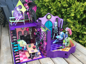 Monster High - School house with 9 dolls!