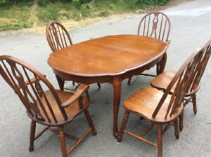 Extendable diningroom table and five solid oak chairs $115.00