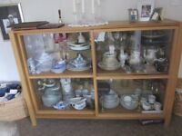 Display cabinet with glass selves