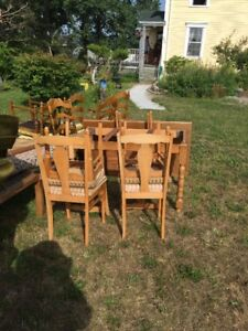 Charming hardwood dining room table and 6 matching chairs