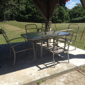 Table de patio et 6 chaises